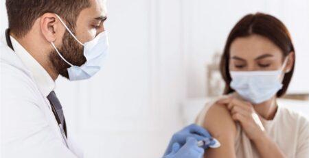 É possível detectar anticorpos da vacina nos testes rápidos de COVID-19